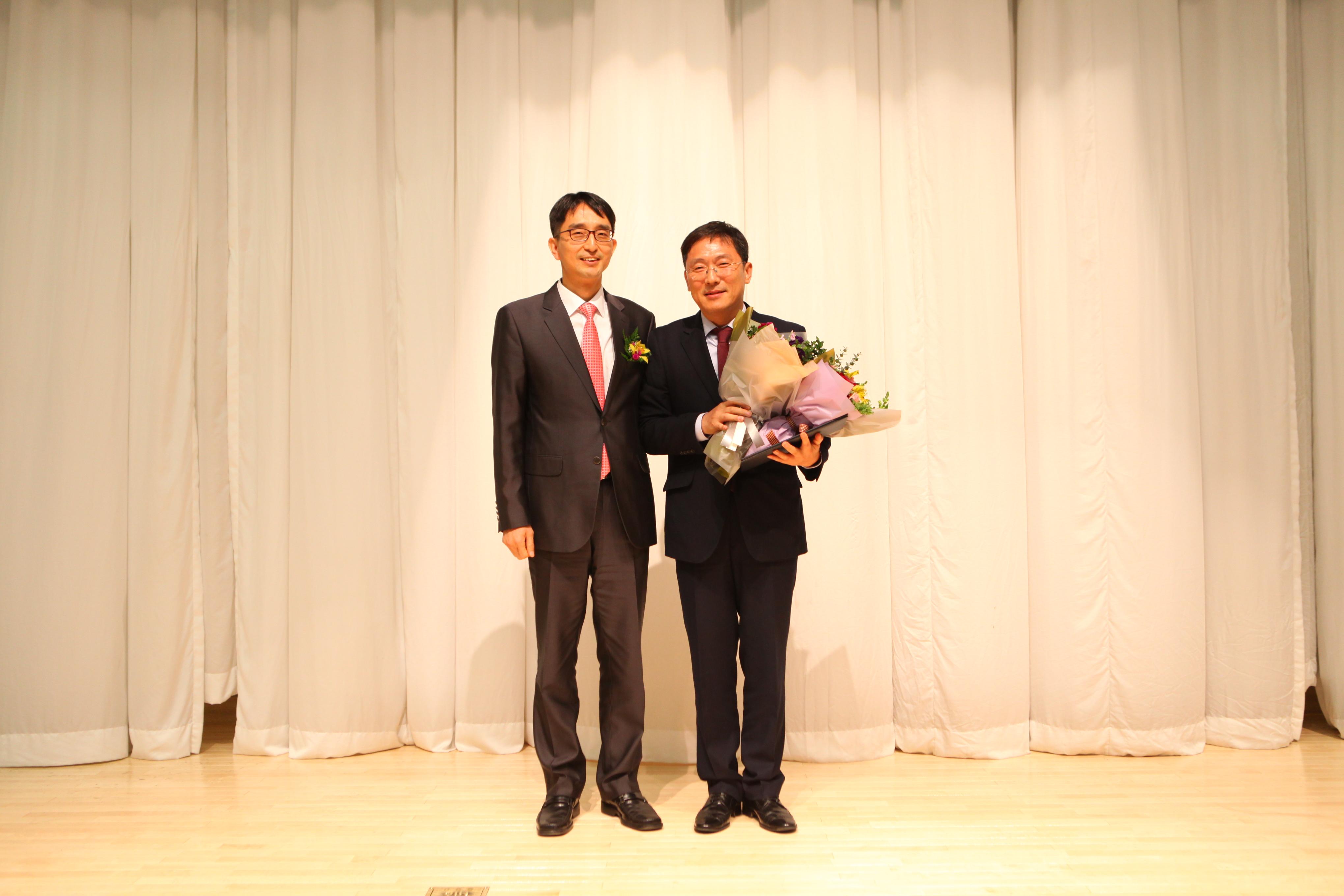 박종석 한국방송기술인연합회장과 2016 방송기술대상 특별상 수상자인 KBS 박승우