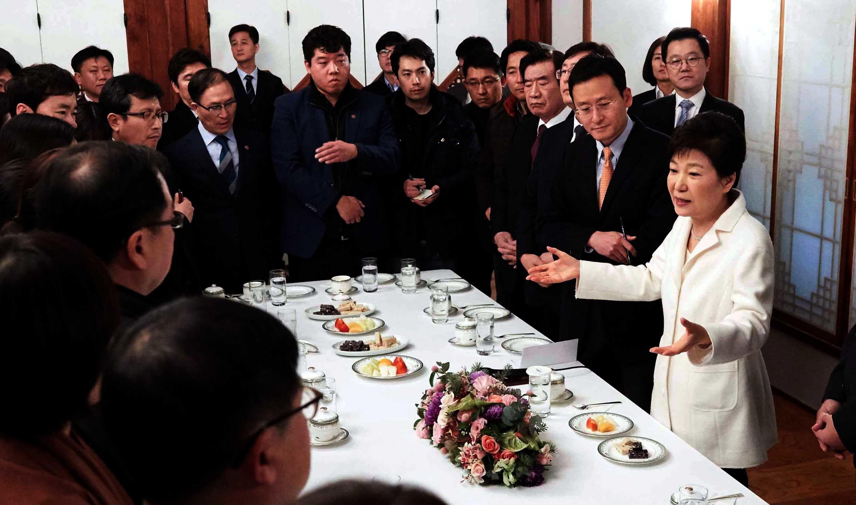 직무정지 상태인 박근혜 대통령은 새해 첫날 청와대 상춘재에서 출입 기자단과 간담회를 갖고 '박근혜-최순실 게이트'와 관련한 각종 의혹에 대해 해명했다.